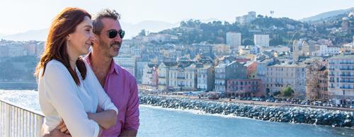 Visuel couple regardant le port de Bastia