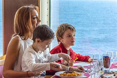 Famille qui mange au restaurant